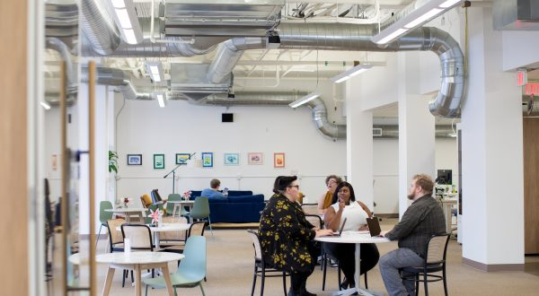 How to Choose Between a Coworking Space and Traditional Office